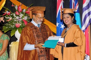 Shubha Singh receiving the Vice Chancellor's All Rounder Prize