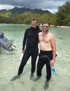 Chris Freeman (à gauche) et son collègue Cole Easson entre les Motus de Moorea pendant un échantillonnage d'éponges