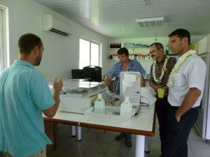 M. Bost, président de l'EPHE et M. Lorente, président de l'UPVD, en visite dans les laboratoires du CRIOBE